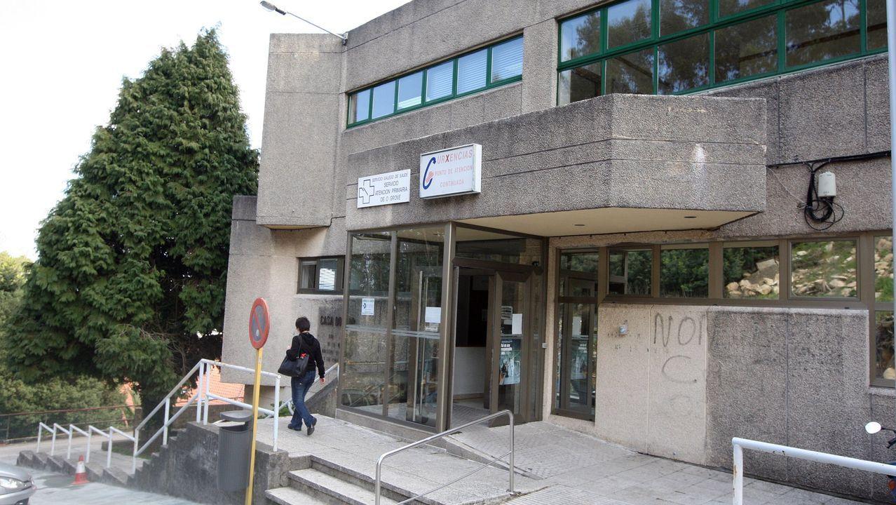Personal del Ayuntamiento de Monforte repara las sujecciones de un panel turístico hace unos días en la calle Cardenal