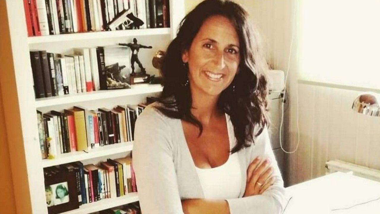 María Oruña, autora de «El bosque de los cuatro vientos», en su lugar de trabajo en casa