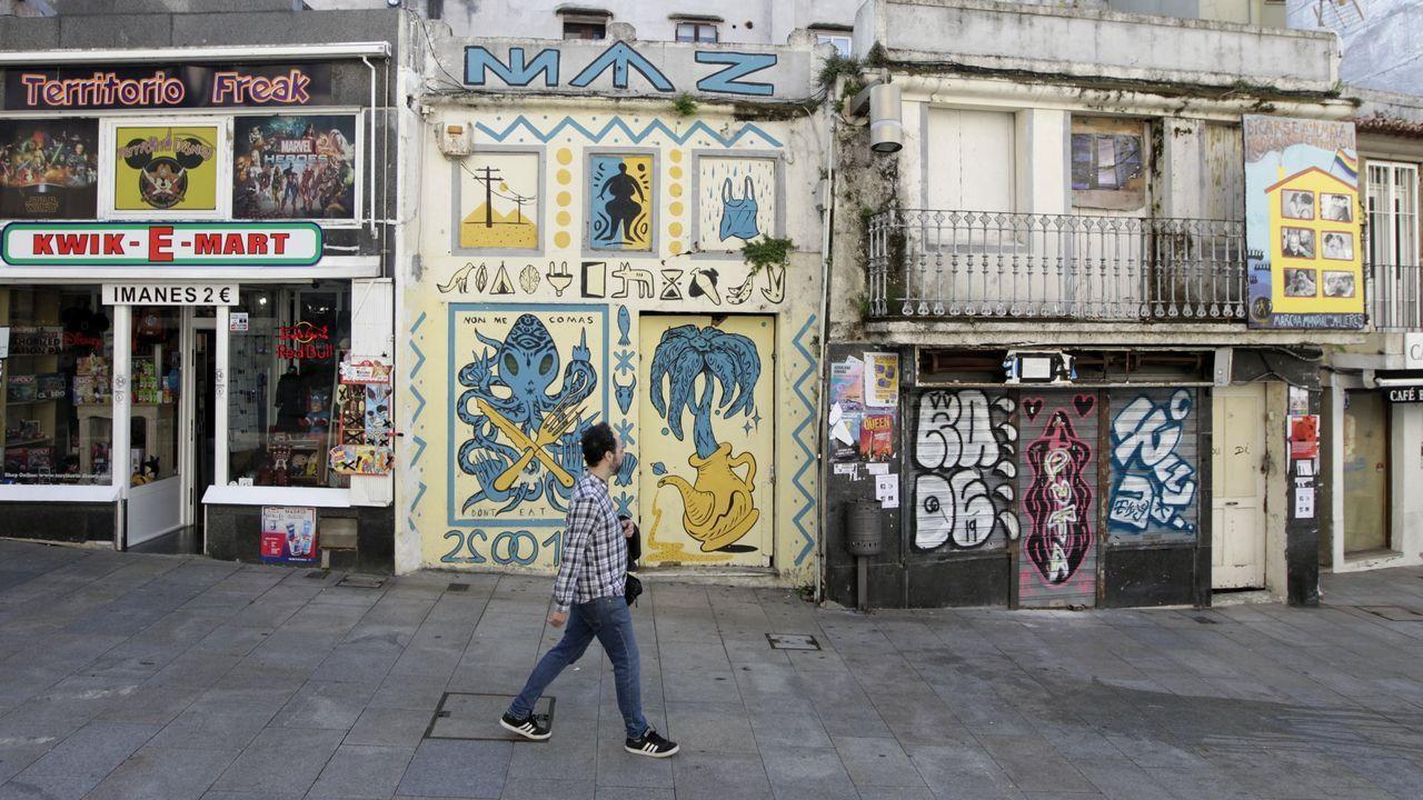 Socavones a la entrada del aparcamiento desde la avenida do Rei