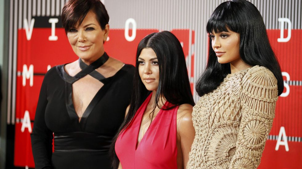 Kris Jenner, Kourtney Kardashian y Kylie Jenner sobre la alfombra roja