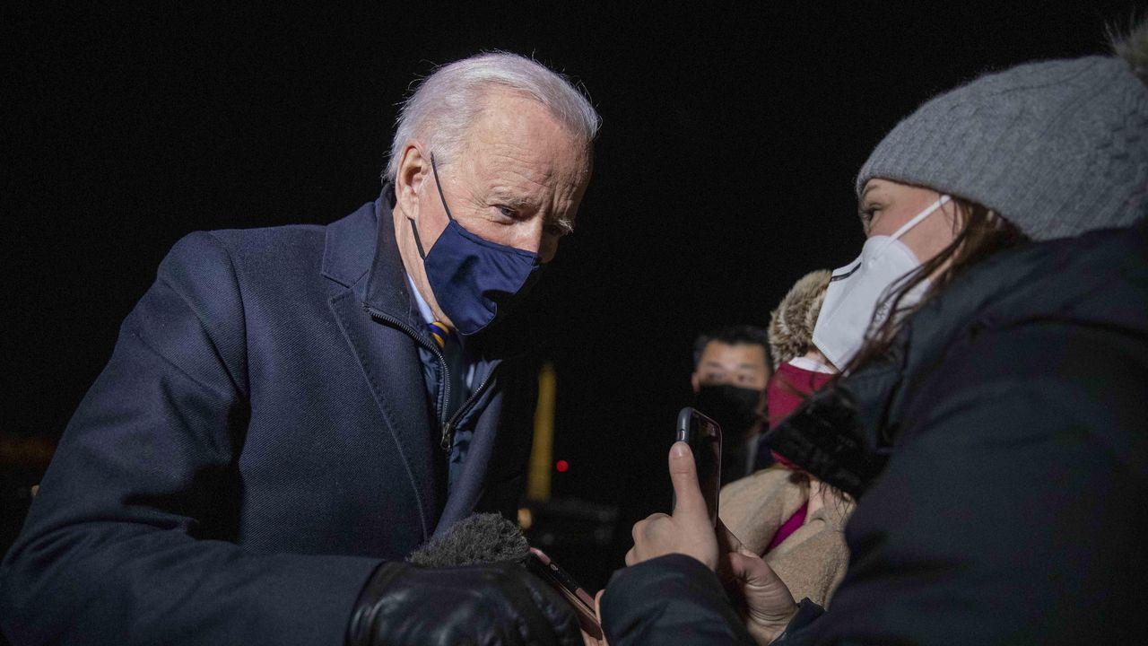 El presidente de Estados Joe Biden, habla con una ciudadana
