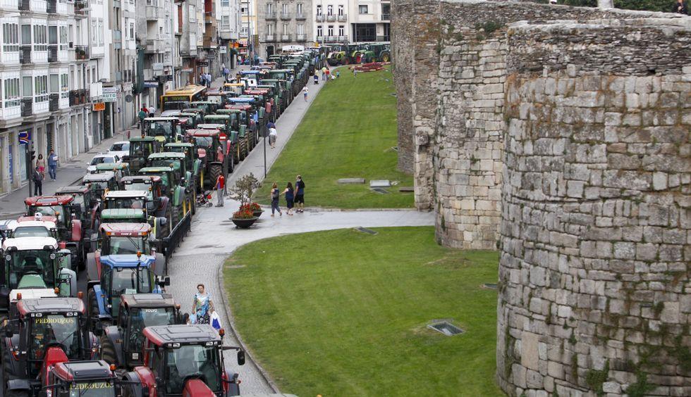 Farolillos voladores para homejear a la Muralla.Los tractores rodearon la muralla durante diez días para reclamar una subida de la leche.