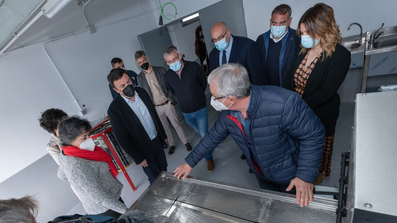 El presidente de la Diputación, los alcaldes de Moeche, San Sadurniño, Valdoviño y Cerdido, y concejales, en la visita de ayer al centro