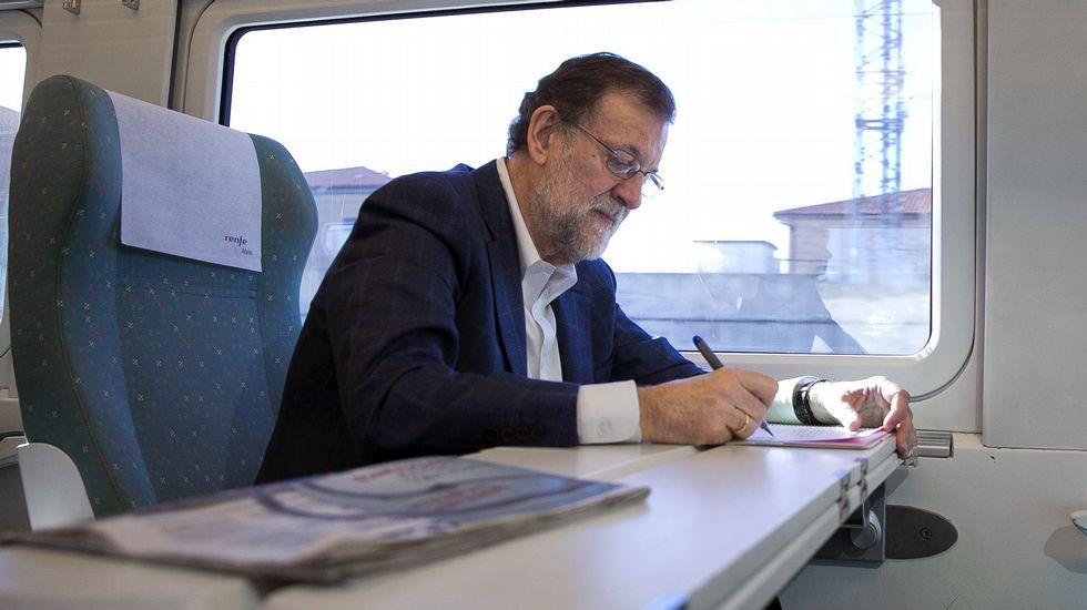 Pelea en Ferrol por una cabeza.Rajoy, durante un viaje a Zamora en tren.