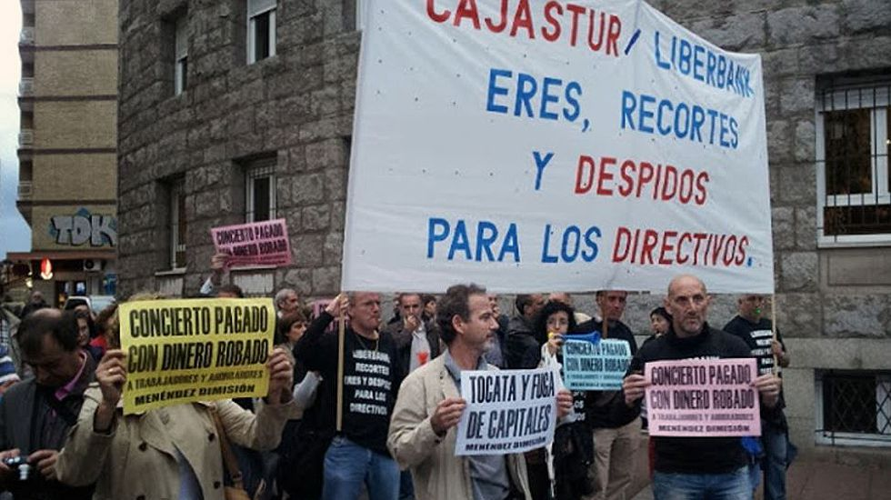 Carril de tren de Arcelor, en Veriña.Protesta de trabajadores de Liberbank durante los premios Príncipe