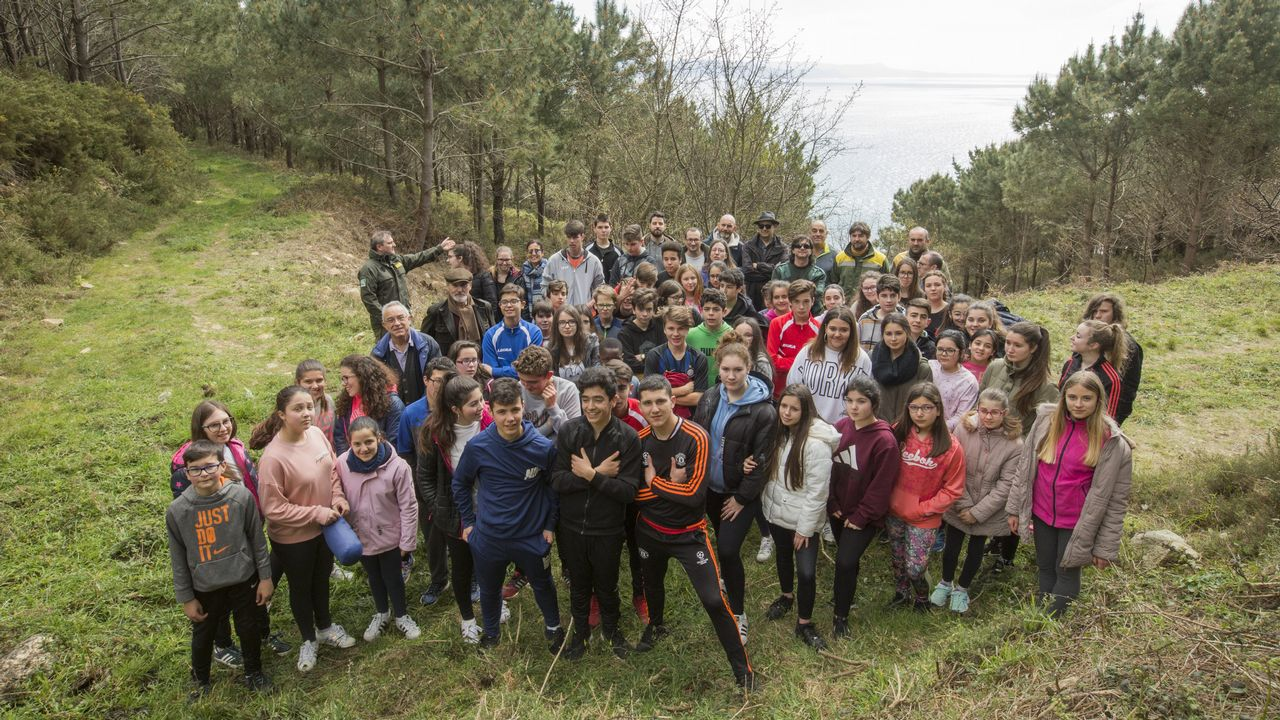Los estudiantes del Nuestra Señora del Carmen, de Fisterra, se echan al monte en el Día Internacional del Árbol.Instituto