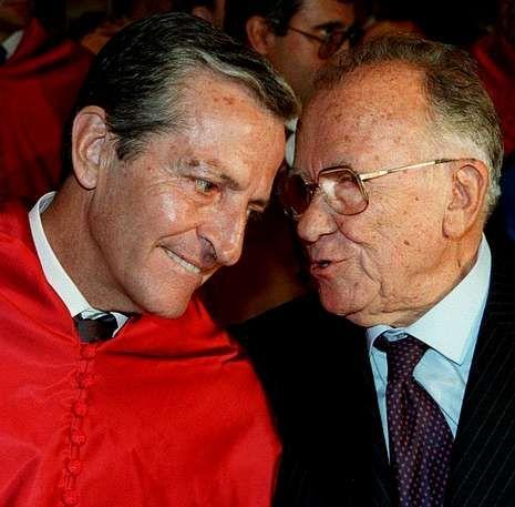 Condolencias a la familia de Adolfo Suárez.Una de las decisiones claves de Suárez fue la legalización del Partido Comunista durante la Semana Santa de 1977. En la foto, charla con Carrillo en un acto académico celebrado en Madrid en 1998.