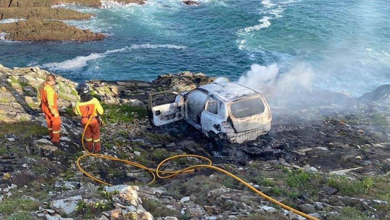 Así se tiraron al río Sil dos vagones de tren descarrilados.El exceso de velocidad fue detectado el viernes 31 de julio en un control