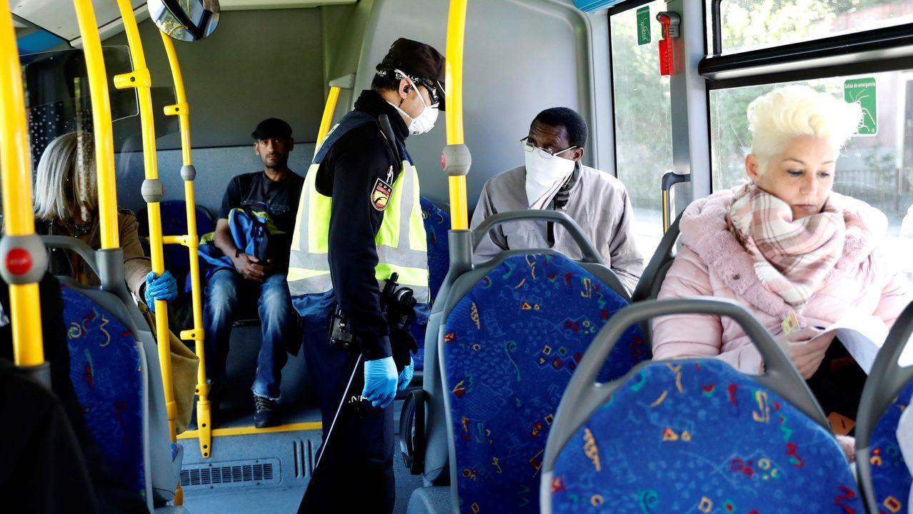 Un periodista pregunta a Luis Enrique desde un vehículo VTC en marcha.Un agente de la Policía Nacional realiza un control en un autobús, en Oviedo.