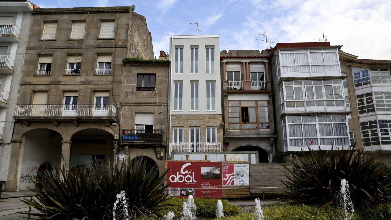 Los 10 edificios que se convertirán en viviendas rehabilitadas en el Casco Vello.Lucía Gómez se hizo voluntaria de Cruz Roja al suspenderse las clases el pasado mes de marzo