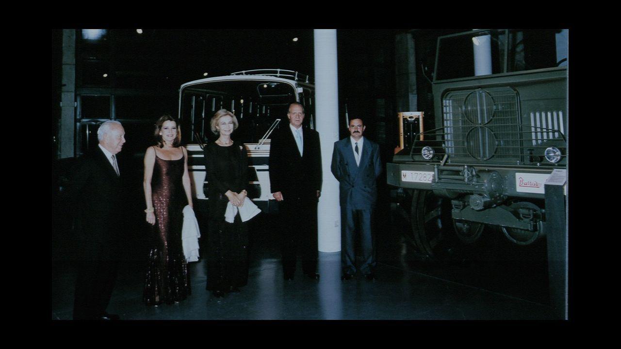Los reyes de España visitaron el museo Eduardo Barreiros en Valdemorillo, en septiembre de 1999. Junto a ellos Jesús Polanco, Mariluz Barreiros y Antonio Martins, conservador del museo