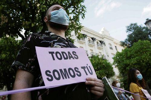 Miembros de la Plataforma de la Violencia contra la Mujer manifestándose en Córdoba