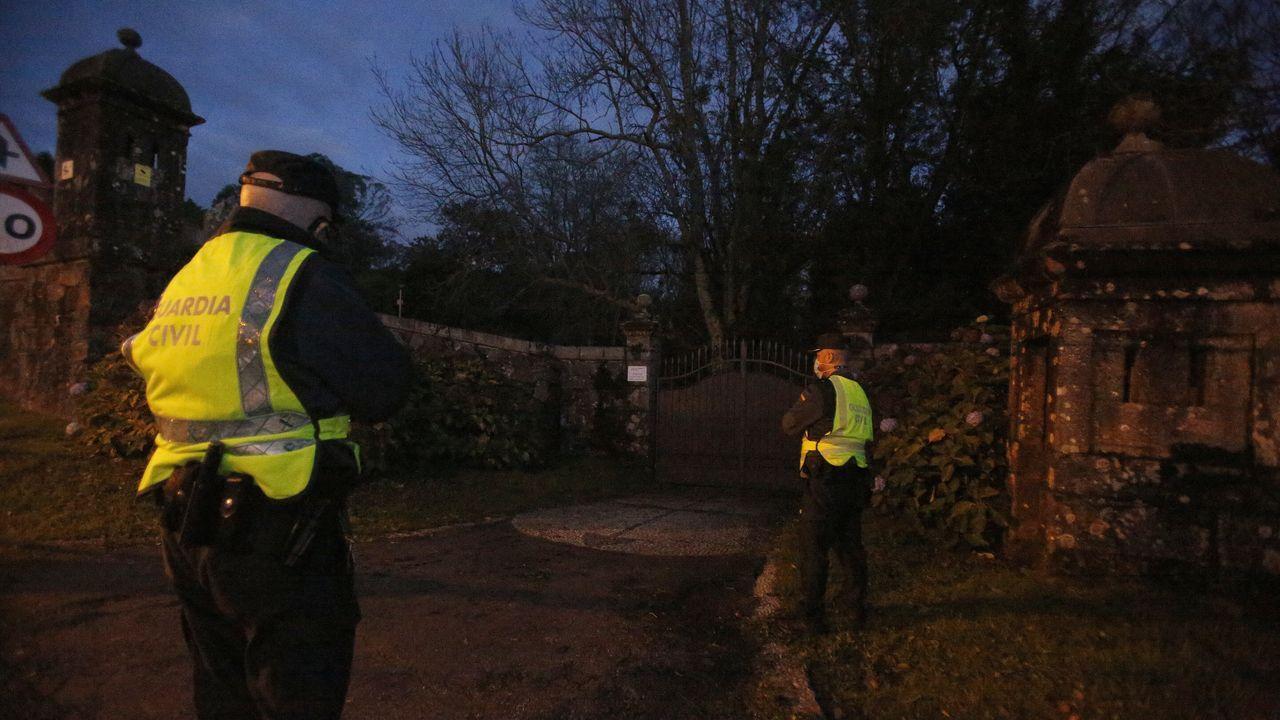 Una patrulla de la Guardia Civil vigilaba en la noche del lunes la entrada al recinto del pazo de Meirás