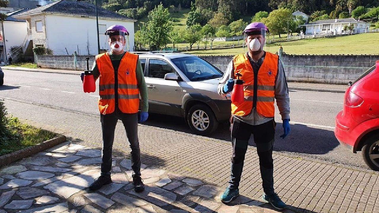 La distribución de los productos corre a cargo de dos miembros del motoclub A Curuxa que se dieron de alta recientemente como voluntarios de la agrupación local de Protección Civil