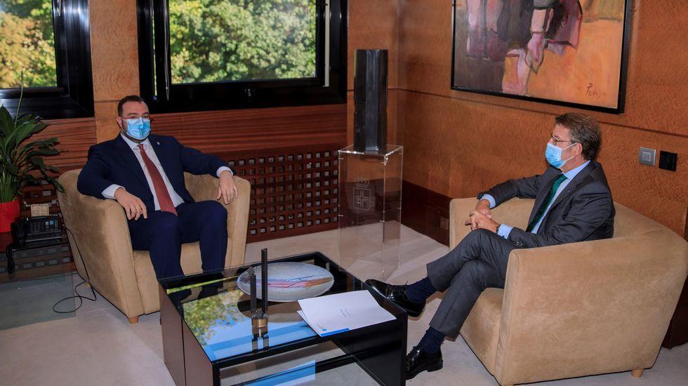 Momento de la reunión entre Adrián Barbón (izquierda) y Alberto Núñez Feijoo en Oviedo