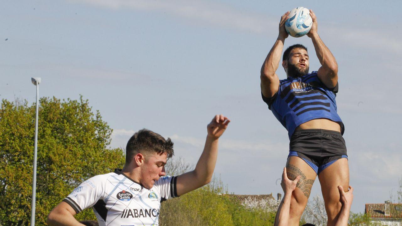 Las imágenes del partido de Os Ingleses contra Crat de Vigo.Juan Luis Peña, a la derecha de la imagen, había militado en el CRAT y disputaba un torneo de veteranos