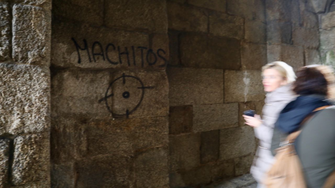 Una de las pintadas halladas esta semana en el Arco de Palacio, de la catedral de Santiago