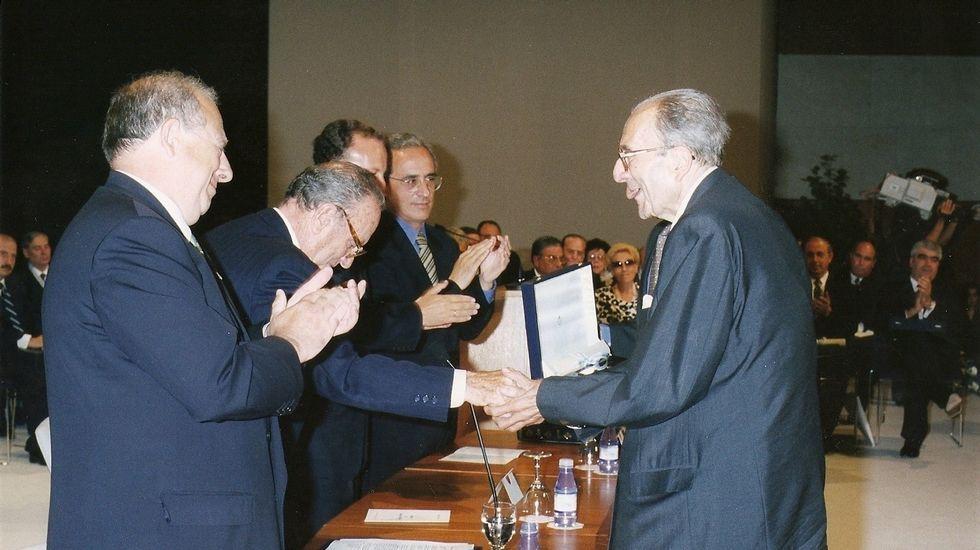 El presidente nacional de Alianza Popular, Manuel Fraga Iribarne, acompañado de Antonio Hernández Mancha, presidente regional de Andalucía