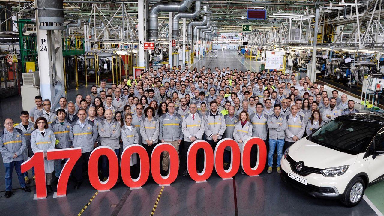 Trabajadores de la fábrica de Renault en Valladolid posan con el coche número 17 millones fabricado en España