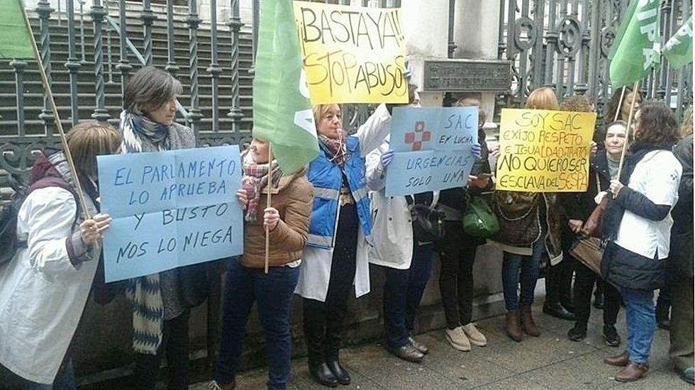 Protesta de médicos y enfermeras del SAC frente a la Junta General.Protesta de médicos y enfermeras del SAC frente a la Junta General