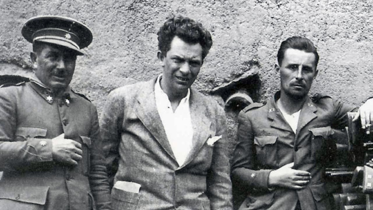 Manuel Chaves Nogales, en el centro de la imagen, retratado en 1934 cuando realizaba para el diario «Ahora» un reportaje sobre la toma de Ifni