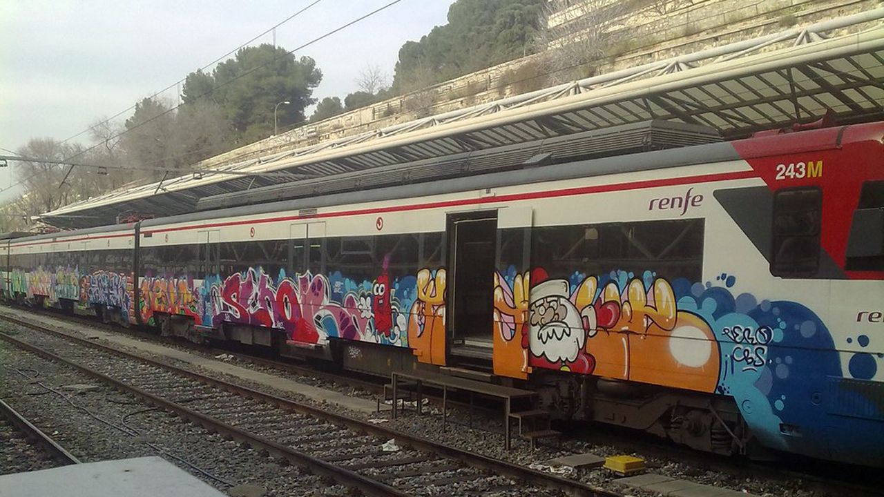 Tren graffiteado