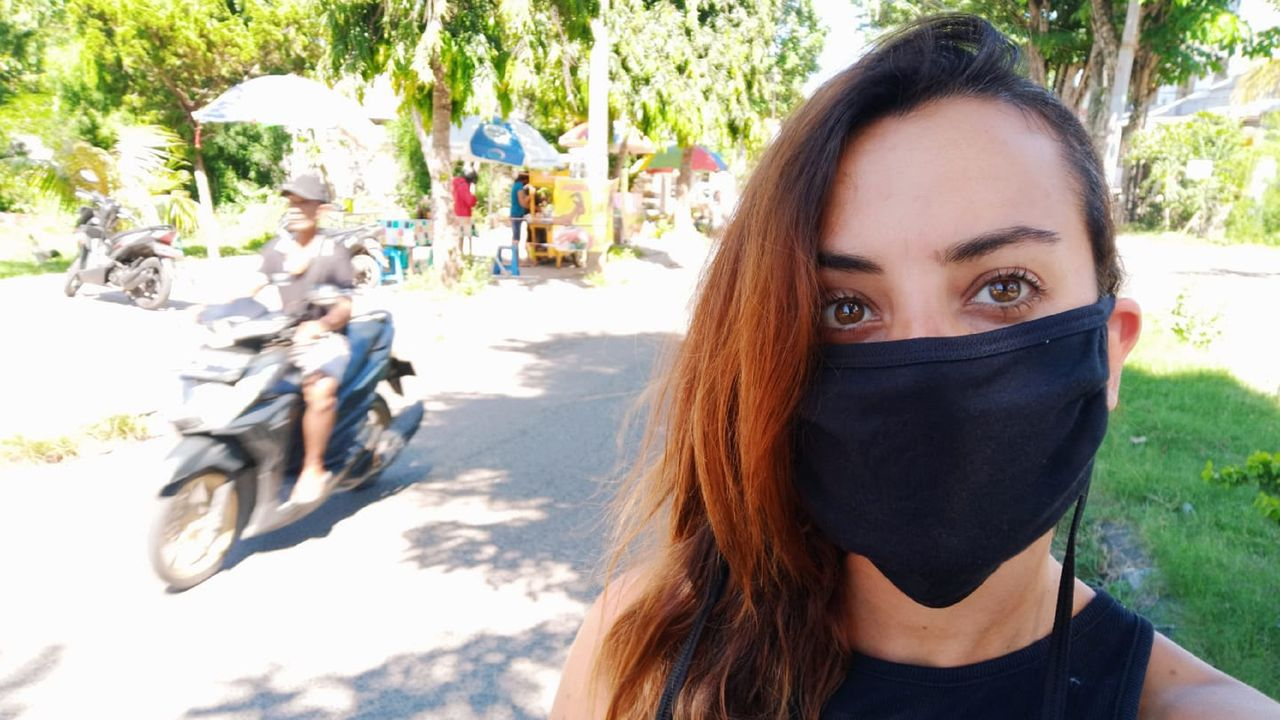 El mundose aferra a la mascarilla.La fenesa Rebeca García Varela explica cómo es la vida en Bali, donde vive, a causa del coronavirus