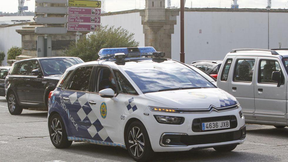 El multamóvil ferrolano durante uno de sus recorridos de prueba en la plaza de Galicia