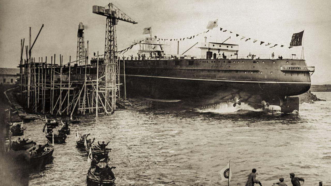 Las imágenes de la manifestación del naval en la ría de Ferrol.Néstor Rego, aferrado a la bandera gallega, rodeado de simpatizantes del Bloque ante la puerta del Congreso