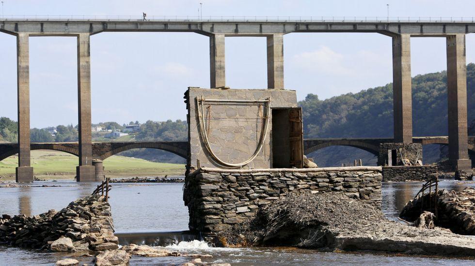 O baixo nivel do río Miño na contorna da Portomarín deixa á vista os restos de antigos caneiros