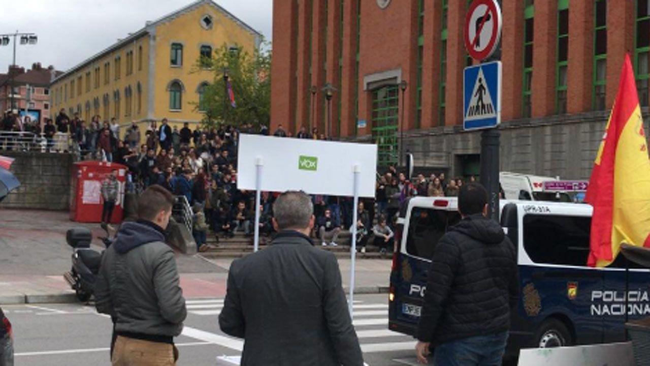 Cuatro escenas del altercado del campus de El Milán.Enfrentamiento de alumnos de la Universidad de Oviedo y de simpatizantes de Vox en el campus de El Milán