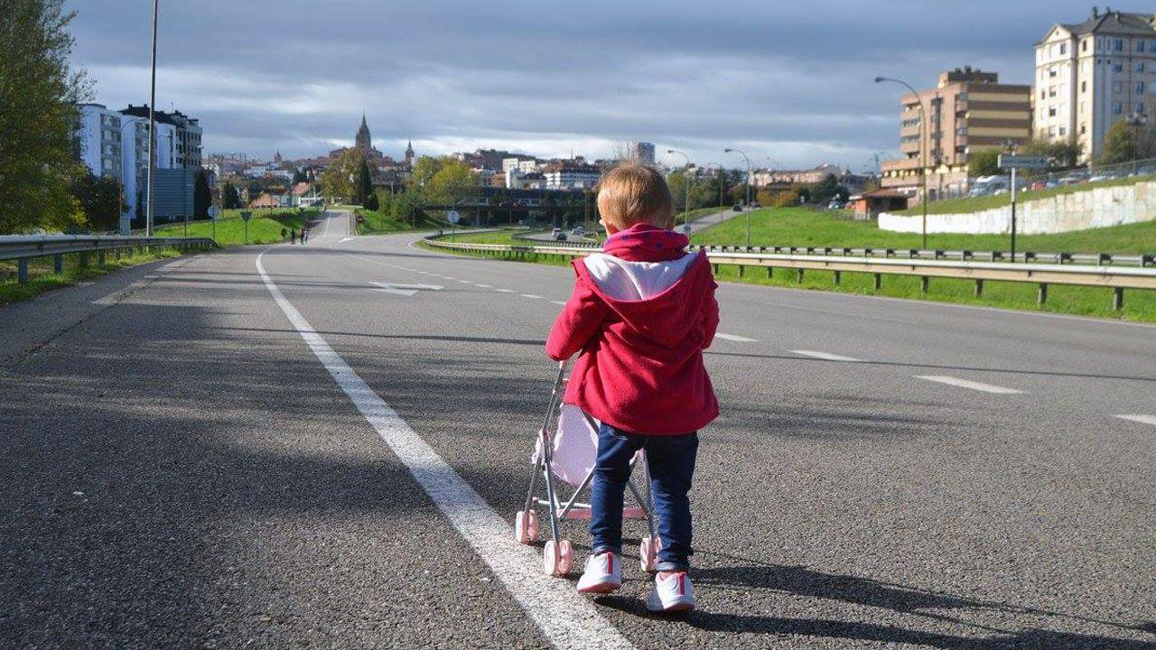Una niña pasea a su muñeca sobre la carretera de acceso a Oviedo desde la autopista Y, cerrada al tráfico para celebrar el amagüestu del Bulevar de Santullano.Una niña pasea a su muñeca sobre la carretera de acceso a Oviedo desde la autopista Y, cerrada al tráfico para celebrar el amagüestu del Bulevar de Santuyano