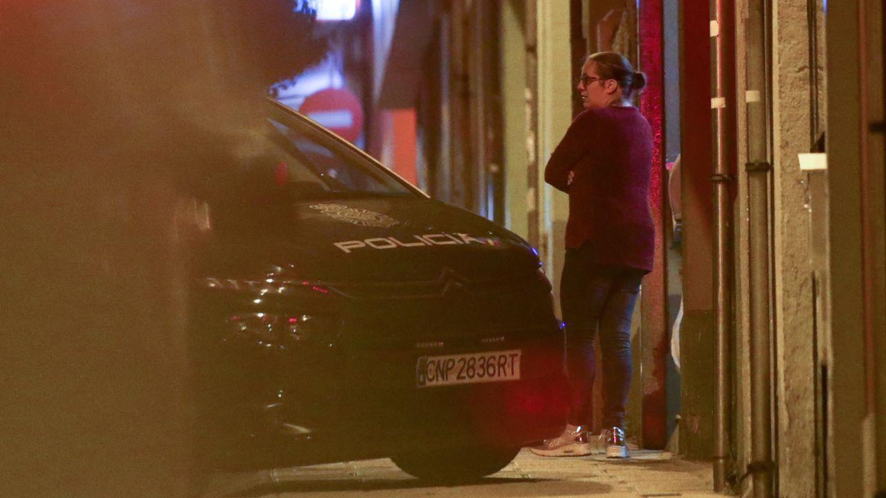 La madre del bebé en la noche del miércoles delante del edificio en el que residían y donde tuvieron un altercado con otros vecinos