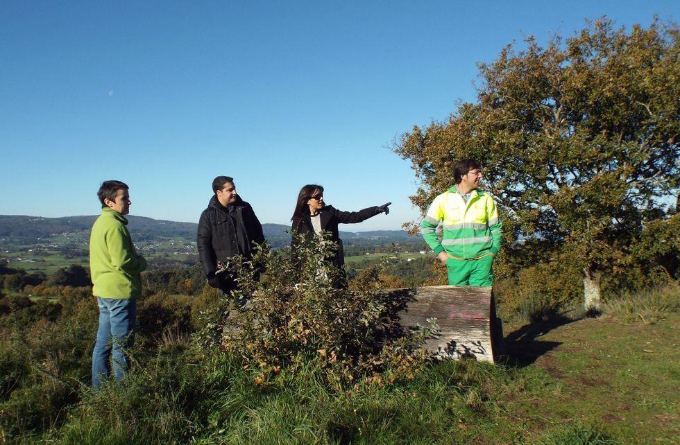 Representantes municipales y del colectivo Castros de Toiriz supervisaron ayer el estado del enclave.