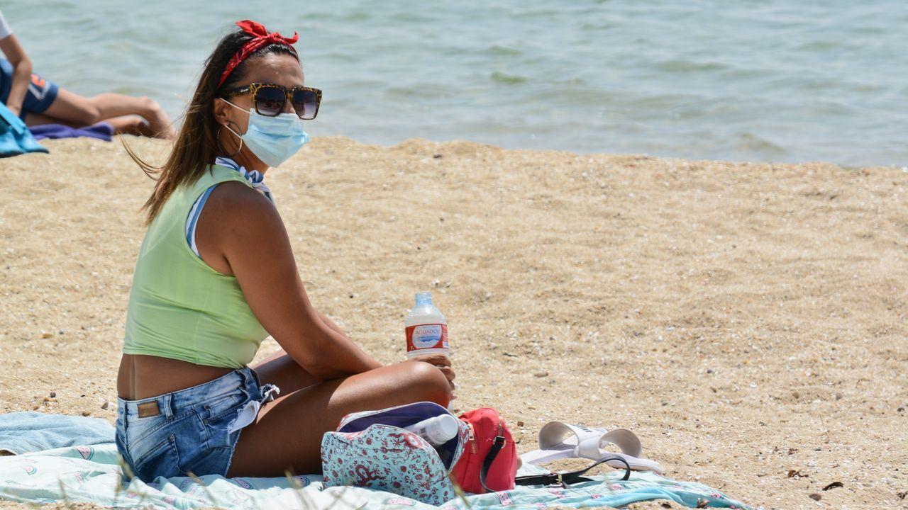 Una joven disfruta de una tarde de playa en A Illa