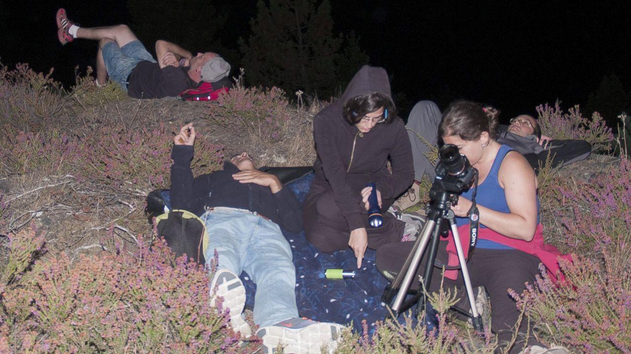 Participantes en una ruta nocturna por O Courel organizada por la asociación Fonte do Milagro observan el cielo estrellado.