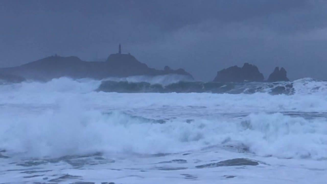 El velero fue remolcado a Malpica.Castillo de San Antón, A Coruña