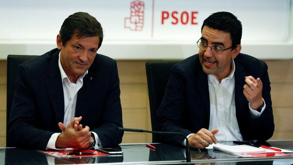 Pablo Iglesias: «Ya está bien que algunos saquen pecho por el terrorismo de Estado».Javier Fernández y Mario Jiménez, en una reunión de la gestora del PSOE