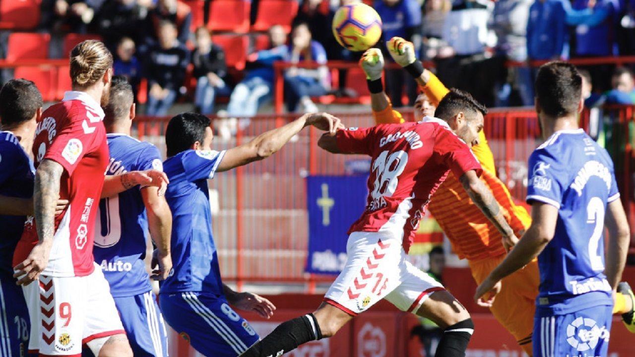 Alfonso Herrero despeja un balón aéreo en el Nàstic-Oviedo