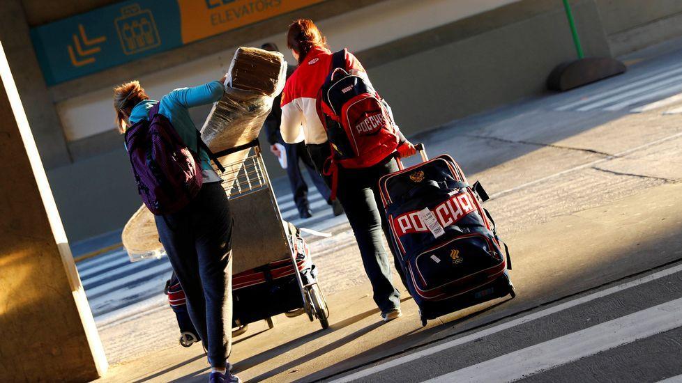 Dos deportistas rusos a su llegada a Río de Janeiro esta mañana