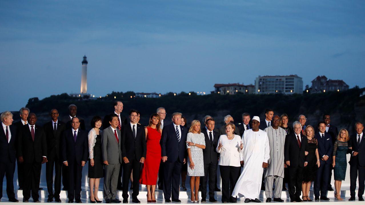 Los asistentes a la cena informal que echó el broche a la cumbre del G7 posan para los fotógrafos. Entre los invitados estuvo el presidente español, Pedro Sánchez