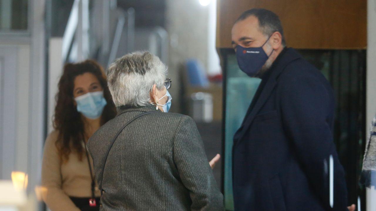 Nieves Cabo conversa con el conselleiro de Sanidade. Al fondo, la directora de la residencia Porta do Camiño de Santiago