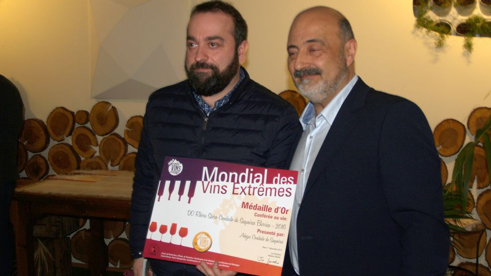 El representante de Condado de Sequeiras (izquierda) recibe el diploma por su medalla de oro