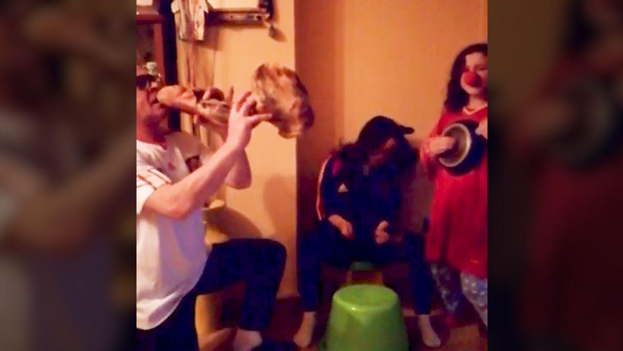 Esta familia ourensana se anima a bailar el Resistiré sin salir de casa.Ana Pérez, trabajando desde casa