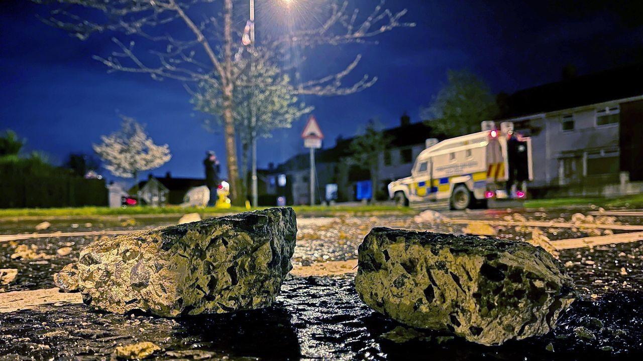 Pedruscos lanzados a la policía de Irlanda del Norte en las inmediaciones de Belfast