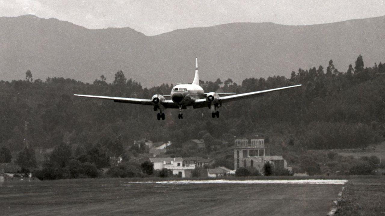 El primer avión que aterrizó en el aeropuerto de Alvedro,  un Convair 440, segundos antes de tomar tierra por la entrada 22, el 25 de mayo de 1963, procedente de Madrid y con 44 pasajeros y seis tripulantes a bordo. La duración del viaje fue de una hora y cuarenta minutos, y la altura del vuelo, 4.300 metros. Los viajeros pagaron 900 pesetas (5,41 euros) por billete. Entonces el salario mínimo en España era de 60 pesetas.