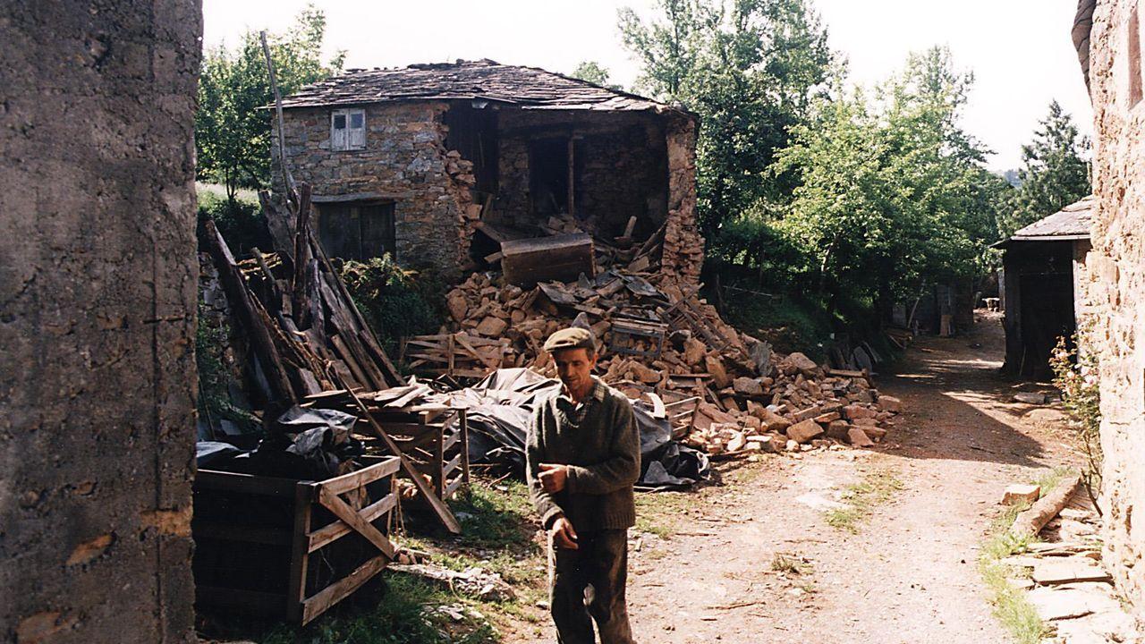 Imagen histórica del pueblo de Guilfrei, en Becerreá, tras el terremoto más intenso vivido en Galicia en 1997