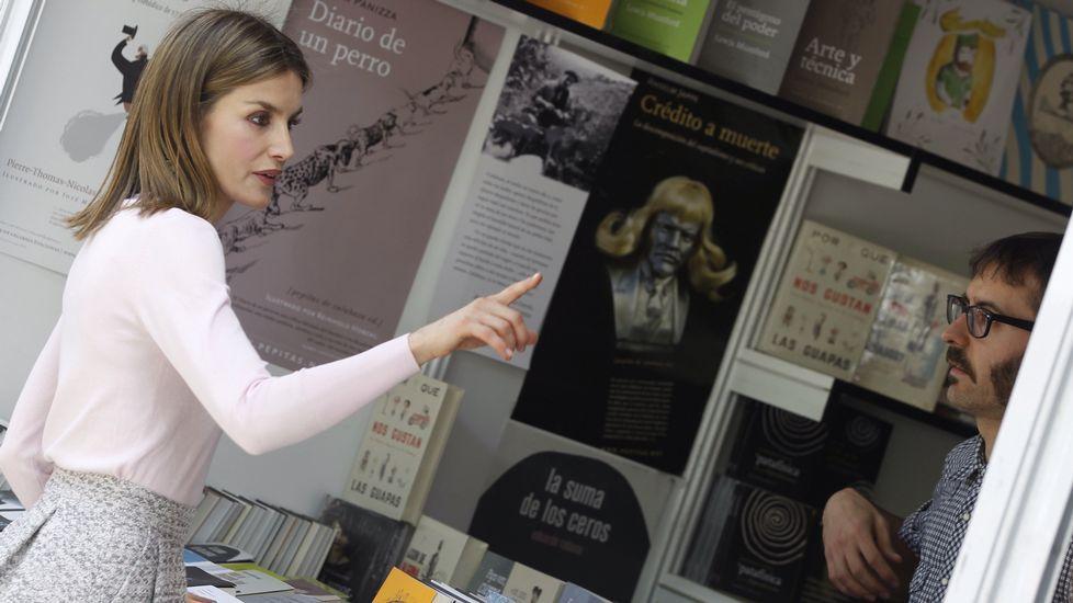 Letizia, con el bolso de Bruno Prieto, en la Feria del Libro de Madrid.Letizia, con el bolso de Bruno Prieto, en la Feria del Libro de Madrid