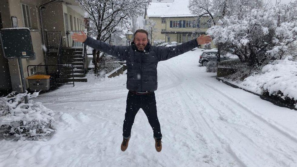 Jesús Sambade, hijo de emigrantes de Camariñas, en medio de la nieve de Zurich