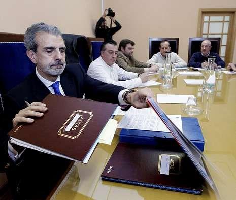 La UNED estrena nueva sede.El Consejo de Administración del Breogán, durante una reunión.